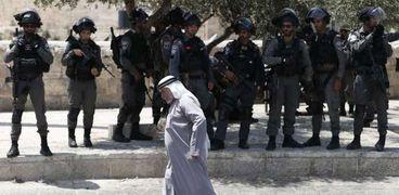 قوات الاحتلال تحاصر المسجد الأقصى