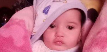 «مكة» طفلة مصابة بضمور في المخ