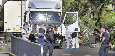 رجال الشرطة الفرنسية يبحثون عن أدلة فى «الشاحنة» «أ. ف. ب»