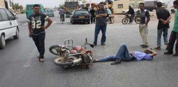 """إصابة 5 أشخاص في حادث تصادم دراجة بخارية مع """"توك توك"""" بالفيوم"""