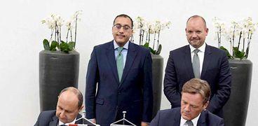 مسئولو شركة مرسيدس أثناء توقيع عقد الاستثمار فى مصر