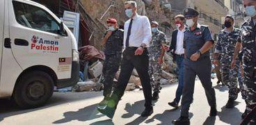 مصطفى أديب أثناء زيارة لمنطقة الجميزة المدمرة