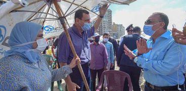 محافظ الإسكندرية مع المصطافين