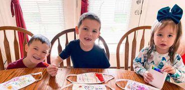 الأطفال فى أمريكا يصنعون الكمامات من الورق لتكريم العاملين مع مصابى كورونا