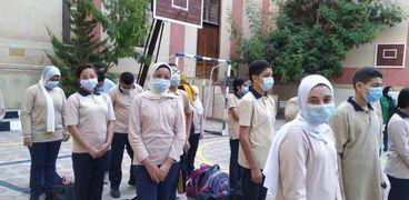 طلاب المدارس يلتزمون بارتداء الكمامات الطبية للوقاية من كورونا في ثاني أيام العام الدراسي