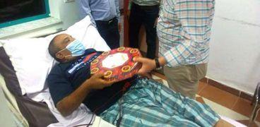 وكيل وزارة الصحة بالبحر الأحمر يوزع حلوى المولد على المرضى