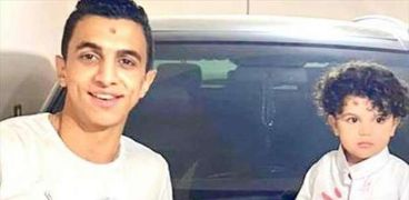 أحمد أثناء ذبح عجل بمناسبة نجاحه