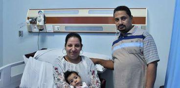 أسرة الطفل «مينا» لحظة استعداده لتلقي حقنة ضمور العضلات