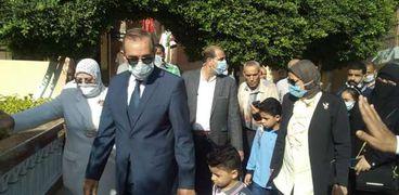 محافظ كفر الشيخ يفي بوعده ويرافق نجلي شهيد سيناء لمدرسة