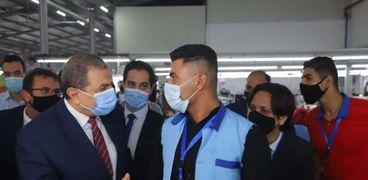 محمد سعفان وزير القوى العاملة في احدى جولاته لتفقد اوضاع العمال