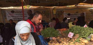 إقبال من أهالى مطروح على شراء البطاطس والخضروات بمنفذ مبادرة كلنا واحد بمطروح