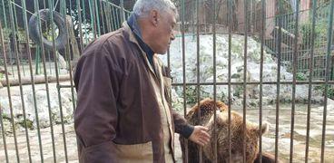 الدب الروسى مع حارسه فى حديقة حيوانات الإسكندرية