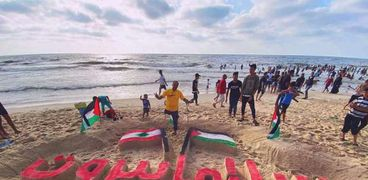 عبارة سلاما بيروت على شاطئ غزة