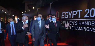 الدكتور مصطفى مدبولي رئيس الوزراء اثناء إجراء القرعة أمس