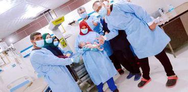 """الأطقم الطبية بـ""""عزل قنا"""" يحتفلون بولادة سيدة مصابة بكورونا"""
