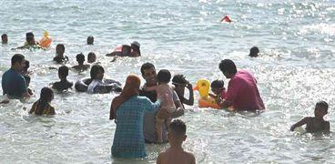 أحد الشواطئ خلال إستمتاع الناس بها