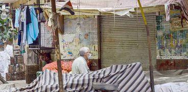 أحد المواطنين في الأسواق