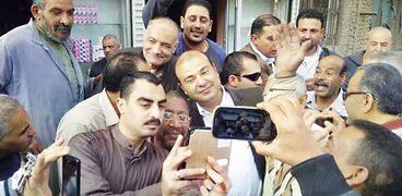 مواطنون يلتقطون «سيلفى» مع وزير التموين