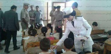أمن كفر الشيخ يوزع أدوات مدرسية على الطلاب