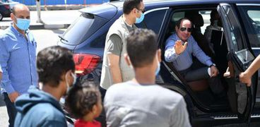 الرئيس يعاتب مواطنا يقود دراجة دون خوذة وخلفه ابنه: حرام عليك كده خطر