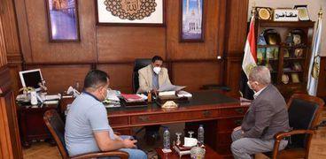 محافظ مطروح خلال لقائة مع وكيل وزارة الصحة ومدير مستشفى مطروح العام