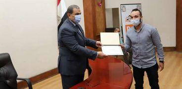 وزير القوى العاملة يسلم عقد عمل بالخارج لأحد المواطنين