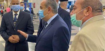 الطيار محمد منار وزير الطيران المدنى اثناء الجولة التفقدية بمطار القاهرة