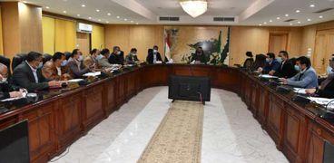 محافظ الفيوم يتابع مع رؤساء المدن ومسؤولي الأملاك موقف ملف التقنين