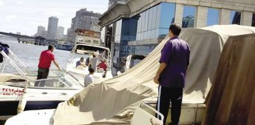 محاولات لإنقاذ المركب السياحى قبل غرقه