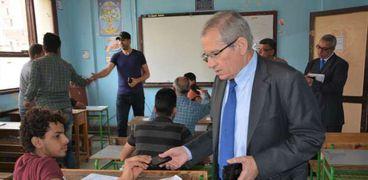 صورة لنائب وزير التربية والتعليم خلال أحد الجولات