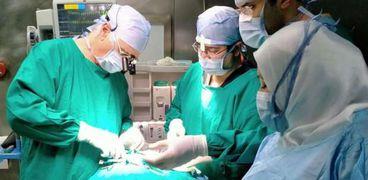 رواد جراحة القصبة الهوائية في العالم يجرون جراحات نادرة لـ 14 طفل بطنطا