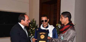الرئيس السيسى يكرم الجندى محمود مبارك الذى فقد بصره فى إحدى العمليات بسيناء