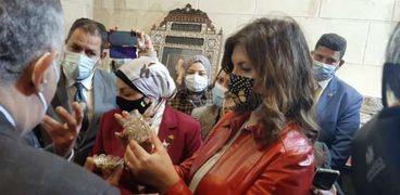 وزيرة الهجرة أثناء افتتاحها مصنع الصابون بحى الجمالية