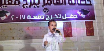 الطفل محمد خلال غناءه قصائد هشام الجخ فى كفر الشيخ