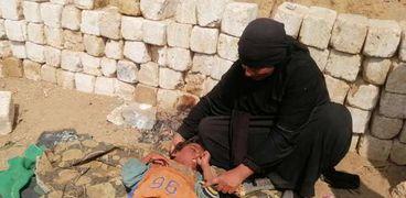 طفل مصاب بضمور عضلات ويحتاج علاج بـ150 ألف جنيه.. وأمه: بنيمه في الشمس