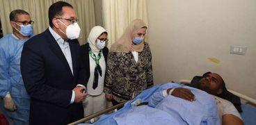رئيس الوزراء خلال زيارته لمصابي الحادث
