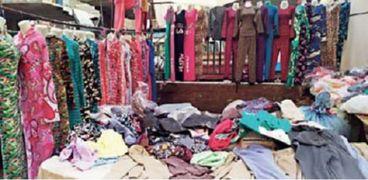 ملابس على الرصيف فى سوق الخميس بالمطرية