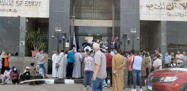 الزحام أمام أحد فروع البنك الأهلى