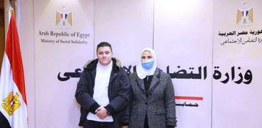 وزيرة التضامن أثناء  تكريمها ياسين عبد اللطيف