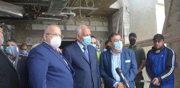 محافظ الجيزة ورئيس جامعة القاهرة خلال جولة تفقدية  بمستشفى ثابت ثابت الجامعي للأمراض