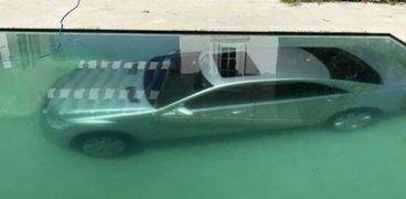 السيارة في حمام السباحة