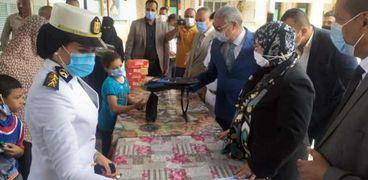 مدير أمن كفر الشيخ يوزع حقائب مدرسية على غير القادرين