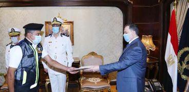 وزير الداخلية يكرم أمين الشرطة