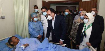 رئيس الوزراء المصري يتفقد مصابي حادث قطاري سوهاج