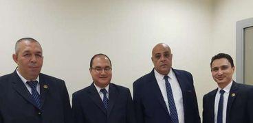 رجال الجمارك أمام المضبوطات بمطار القاهرة الدولي