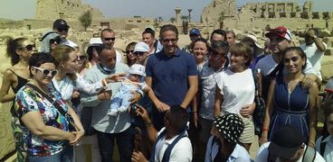 وزير الآثار يلتقط صورة تذكارية مع السياح