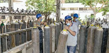 عمال يجهزون أسطوانات الأكسجين داخل المصنع