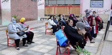 توافد الناخبين على اللجان الانتخابية للتصويت في جولة الإعادة لانتخابات مجلس النواب