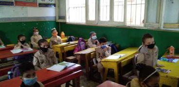 طلاب يلتزمون بالإجراءات الاحترازية داخل أحد الفصول