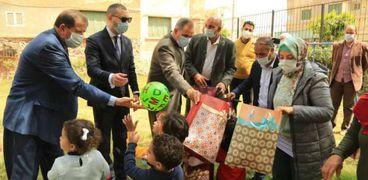 محافظ كفر الشيخ يقدم الهدايا للأطفال بداريين للايتام